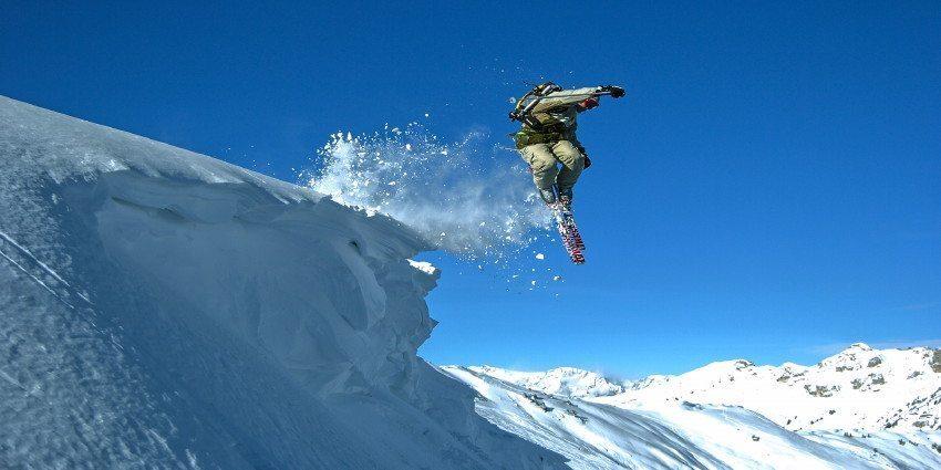 Winter Skifahrer springen